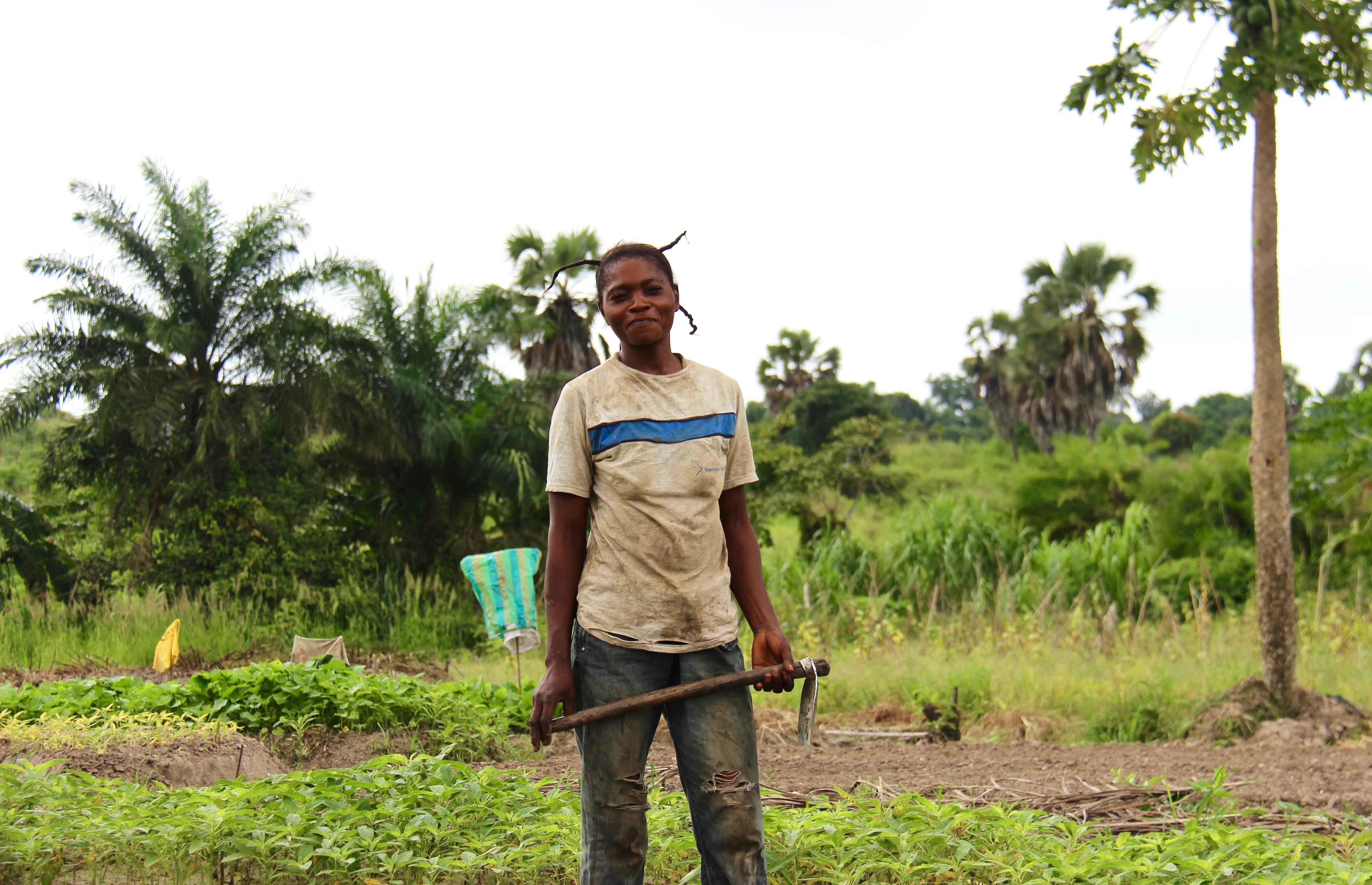 Kvinna står på en åker i Kongo Brazzaville